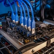 Besteuerung von Bitcoin, Lightcoin, Krypto Mining. Cryptocurrency mining rig PCIe riser extenders plugged to motherboard