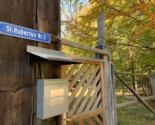 Steueroase in Oberbayern. Ebersberg mit Briefkastenfirmen im Wald. Ebersberger Forst St. Hubertus 2