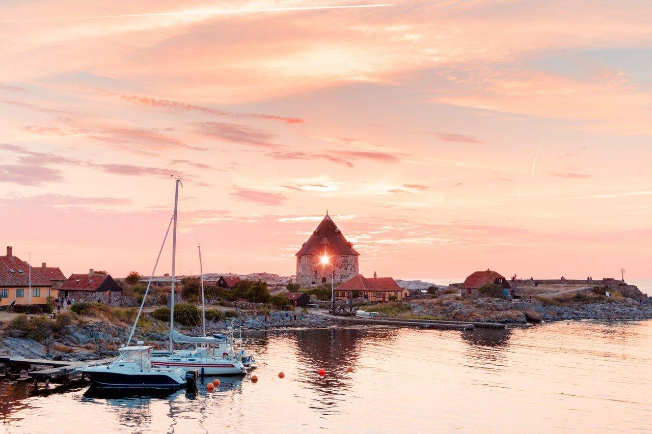 Küstenbucht mit Booten bei Sonnenuntergang