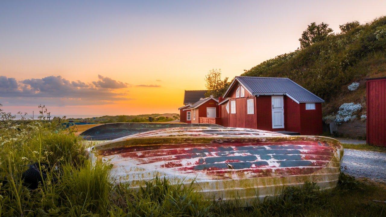 Hütten und Boote in Skandinavien